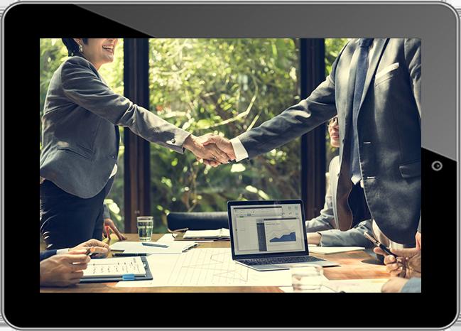 планшет с участием деловых людей, рукопожатие