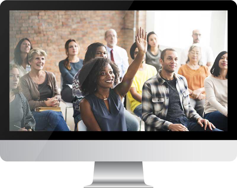 Pantalla de computadora con grupo de personas sonrientes, interesadas viendo una presentación