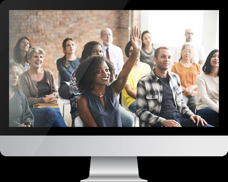 Computerscherm met groep glimlachende, geïnteresseerde mensen die een presentatie bekijken